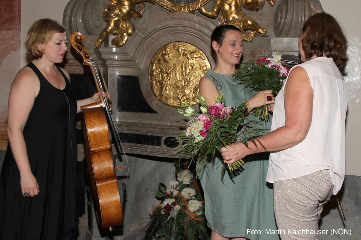 "Catch-Pop String-Strong: Rina Kaçinari (Violoncello), ""Geras klingt""-Obfrau Gerlinde Hofbauer, Jelena Popržan (Bratsche). Foto: Martin Kalchhauser"
